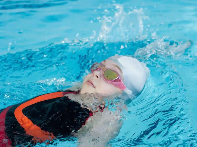 a626037829 Il corso di NUOTO I CORSIA ACQUA ALTA è adatto ai bambini che sono già in  grado di galleggiare in acqua alta ma necessitano di migliorare le proprie  ...