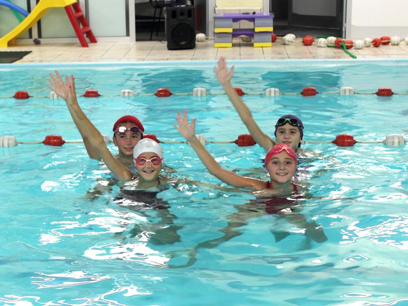 95d96cf41e73 Questo corso è stato studiato per avvicinare le bambine e le ragazze, stufe  del solito corso di nuoto, alle tecniche base del Nuoto Sincronizzato.